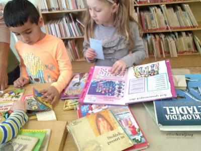 Deti z MŠ Ladce v knižnici